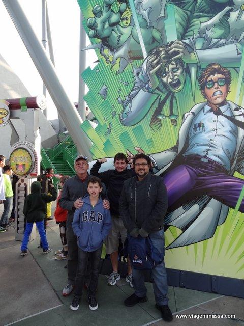 Pai, marido, irmão e filho felizes na fila da montanha russa do Hulk.