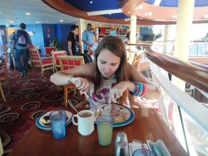Café da manhã no buffet livre. Monick aproveitou!
