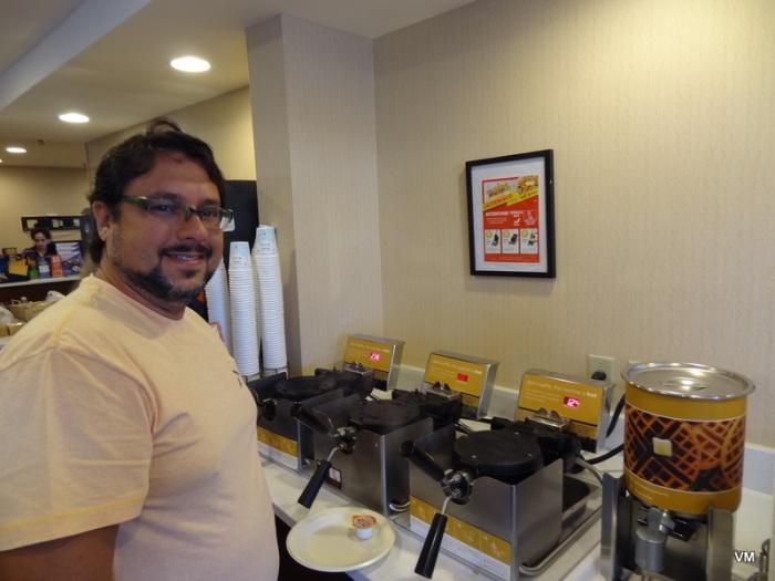 Cara de sono e fome, no nosso lugar preferido: a máquina de waffle