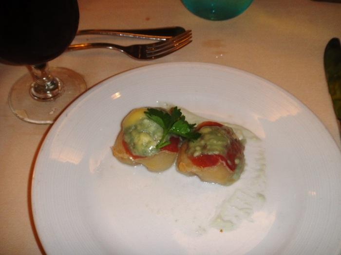 A entrada: pera cozida com presunto e queijo gorgonzola