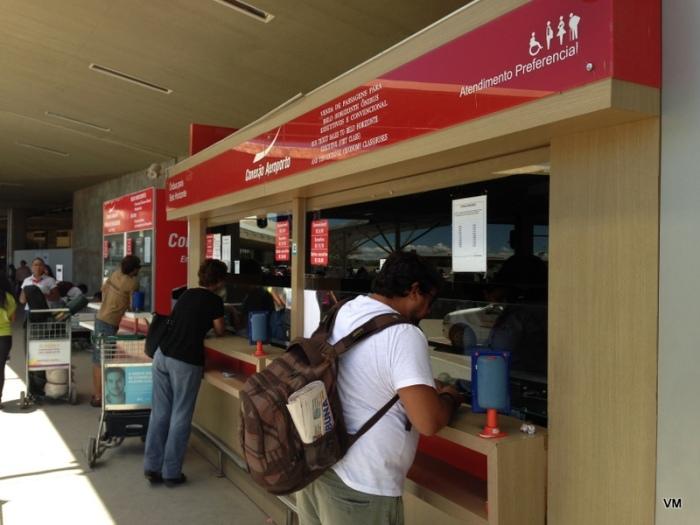 Olha o Jean comprando nossas passagens. Economizamos 80 reais!
