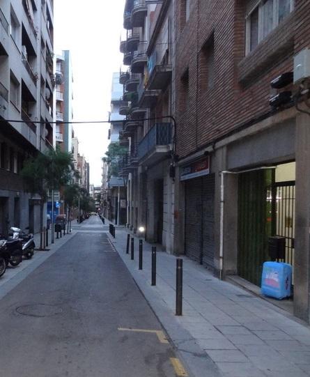 Nossa rua, em Barcelona. Olha a mala do Viagem Massa!