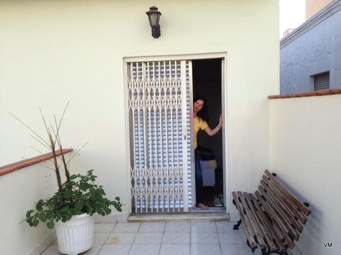 Varanda privativa no quarto de casal (na frente tem um prédio).